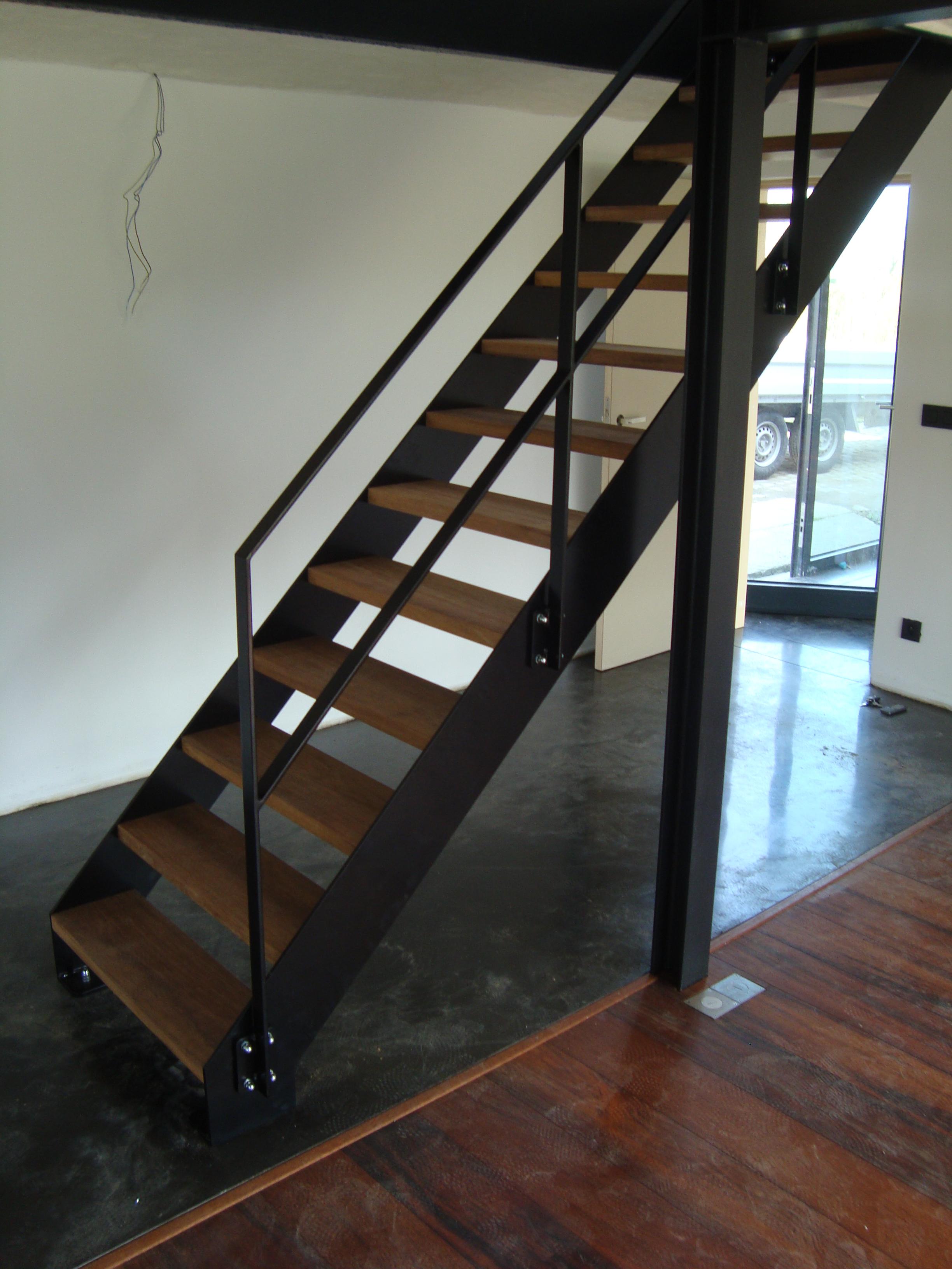 Rechte steektrap met houten treden in merbau sterk metaalwerk - Trap ijzer smeden en hout ...