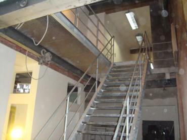 Gegalvaniseerde trap met bordes